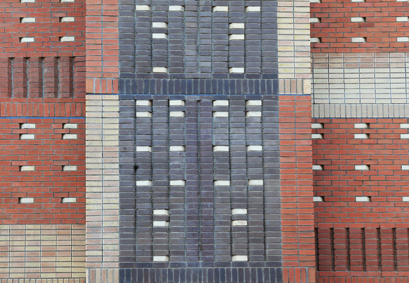 To keep within the strict budget, the architect used end-of-range luxury bricks interwoven with inexpensive, standard masonry 'commons'. Photo by Clay Brick Association
