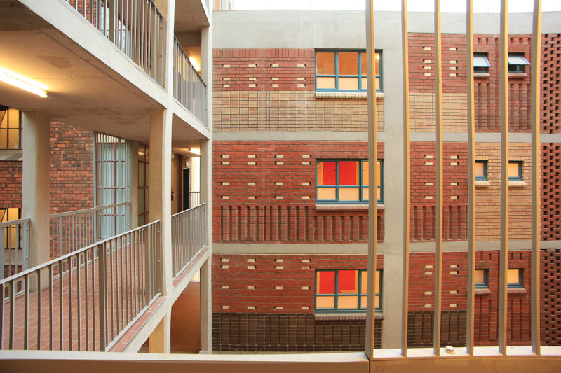 Barnato Hall at the University of the Witwatersrand in Johannesburg. The 'chessboard' of brick colours and textures celebrates diversity. Photo by Clay Brick Association
