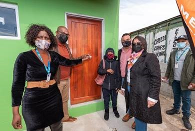 Ms Maggie Wewers celebrated with City officials when she received the keys to her home. Image: City of Cape Town